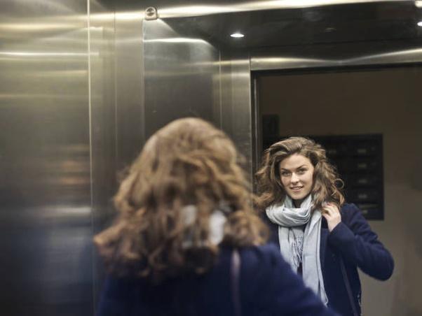 Por que tem espelho no elevador?