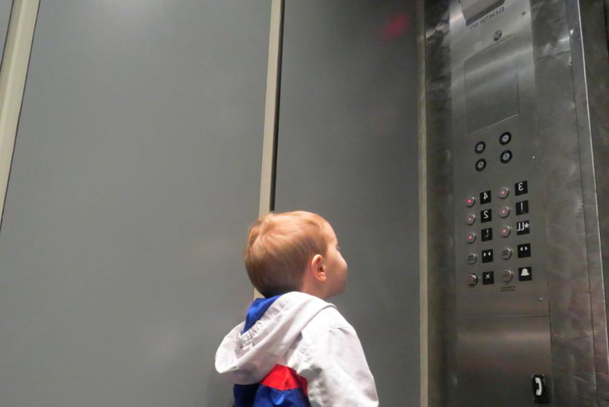 Criança pode andar sozinha no elevador?